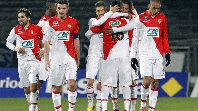 Des joueurs de l'AS Monaco se congratulent après un but contre Chasselay, lors d'un match de la Coupe de France de football, au stade Gerland, à Lyon (Rhône), le 22 janvier 2014. (PHILIPPE MERLE / AFP)