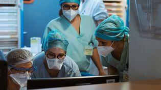 Des infirmières à l'hôpital de Strasbourg (Bas-Rhin), le 1er avril 2021. (ABDESSLAM MIRDASS / HANS LUCAS / AFP)