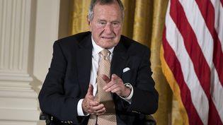 L'ancien président américainGeorge H. W. Bush, à la Maison Blanche, à Washington (Etats-Unis), le 15 juillet 2013. (BRENDAN SMIALOWSKI / AFP)