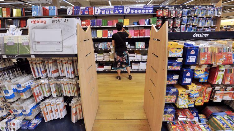 Le rayon fournitures scolaires d'un supermarché de Marseille (Bouches-du-Rhône), en août 2010. (BORIS HORVAT / AFP)