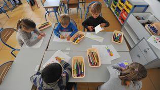 Des élèves participent à un atelier, après la fin de la classe, à Nantes (Loire-Atlantique), le 11 octobre 2013. (FRANK PERRY / AFP)