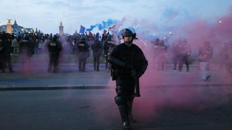 Un gendarme s'éloigne d'une manifestation d'opposants au mariage homosexuel, le 21 avril 2013, à Paris. (KENZO TRIBOUILLARD / AFP)