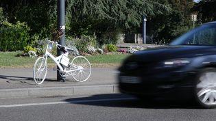Un vélo blanc attaché à un poteau en hommage à un cycliste renversé et tué à Mulhouse (Haut-Rhin), le 27 juillet 2018. (MAXPPP)