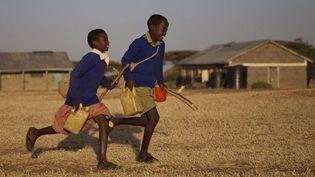 Au Kenya, Jackson, 11 ans, parcourt matin et soir 15 km avec sa soeur Salomé, 6 ans, pour aller à l'école  (Winds / E. Guionet)