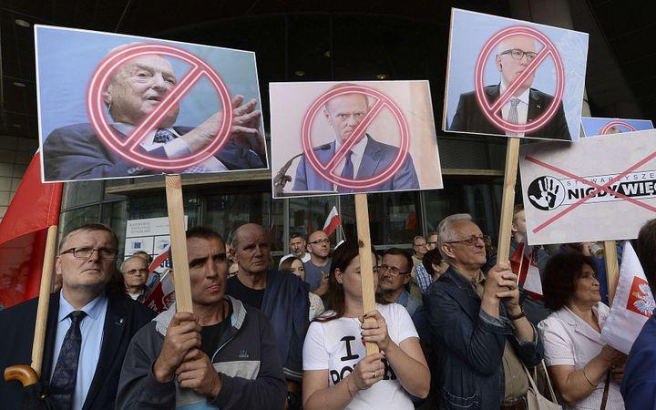 Des manifestants anti-Soros à Varsovie, en Pologne, le 26 juillet 2017. (CZAREK SOKOLOWSKI / AP / SIPA)