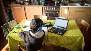 Illustration d'un enfant faisant son travail scolaire à la maison durant le premier confinement, en mai 2020. (VERONIQUE POPINET / HANS LUCAS)