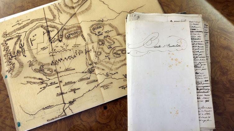 """Le manuscrit de 74 pages relatant la légendaire bataille d'Austerlitz, dicté et annoté par Napoléon durant son exil à Sainte-Hélène, photographié le 25 janvier 2021 avant sa mise en vente par la galerie parisienne """"Arts et autographes"""". Le manuscrit estaccompagné d'un plan de la bataille sur papier calque dessiné par le généralHenri-Gatien Bertrand. (THOMAS COEX / AFP)"""