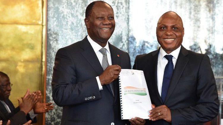 Le comité d'experts chargé de la rédaction de la nouvelle Constitution a remis son projet au président Alassane Ouattara (à gauche sur la photo), au cours d'une cérémonie le 24 septembre 2016 à Abidjan. (Photo AFP/Issouf Sanogo)