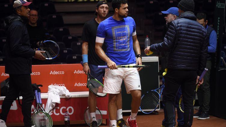 Jo-Wilfried Tsonga et Lucas Pouille pour leurs premiers pas sur la terre battue de Villeneuve-d'Ascq pour la finale de Coupe Davis 2018 (FRANCOIS LO PRESTI / AFP)