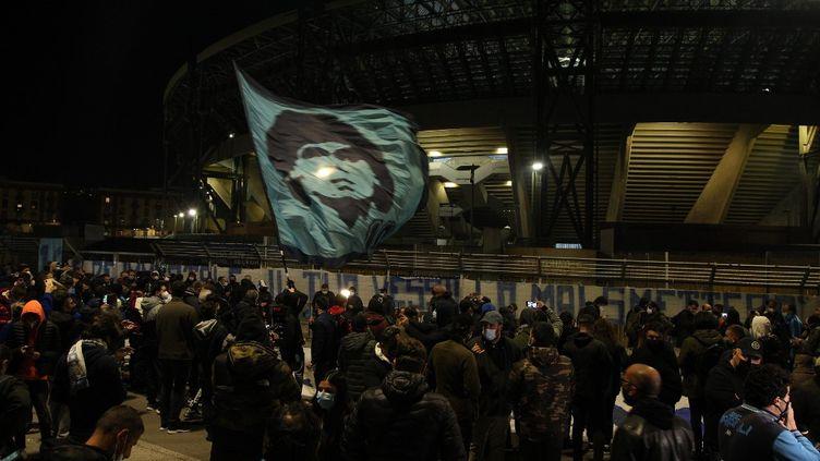 Des supporters se sont rassemblés autour du stade San Paolo de Naplespour rendre hommage à Diego Maradona, quelques heures après son décès, le 25 novembre 2020. (CARLO HERMANN / AFP)