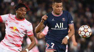 Kylian Mbappé au duel avec Mohamed Simakan lors de la 3e journée de la Ligue des champions, mardi 19 octobre. (FRANCK FIFE / AFP)