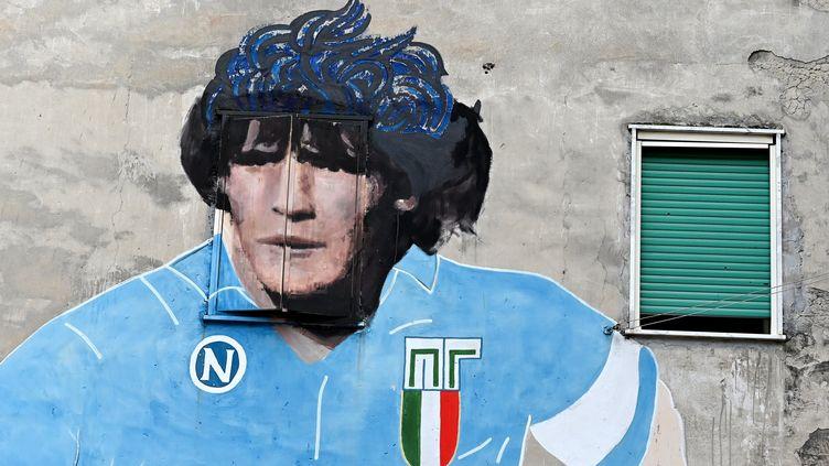 Une fresque murale dans les rues de Naples datant de 1990 et représentant Maradona (ALBERTO PIZZOLI / AFP)