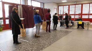Un bureau de vote à Paris, lors du premier tour des élections municipales, le 15 mars 2020. (GEORGES GONON-GUILLERMAS / HANS LUCAS / AFP)