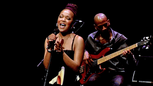 """Lisa Simone chantait sur la scène du festival """"Jazz or Jazz"""" le 16 avril 2016  (France3/Culturebox)"""