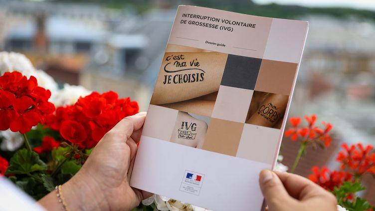 Un documentinformantsur l'IVG est consulté à Belfort (Territoire de Belfort), le 28 juin 2021. (MAXPPP)