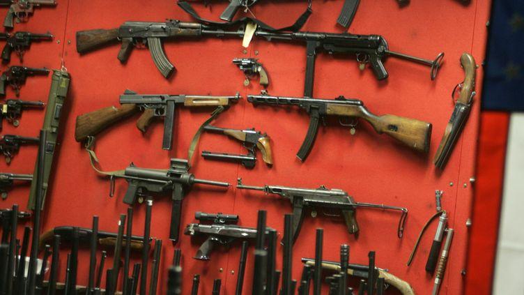 Le massacre perpétré à Newtown inquiète les défenseurs du droit au port d'arme et révolte ceux qui prônent un changement en profondeur sur cette question sensible. (NICHOLAS KAMM / AFP)