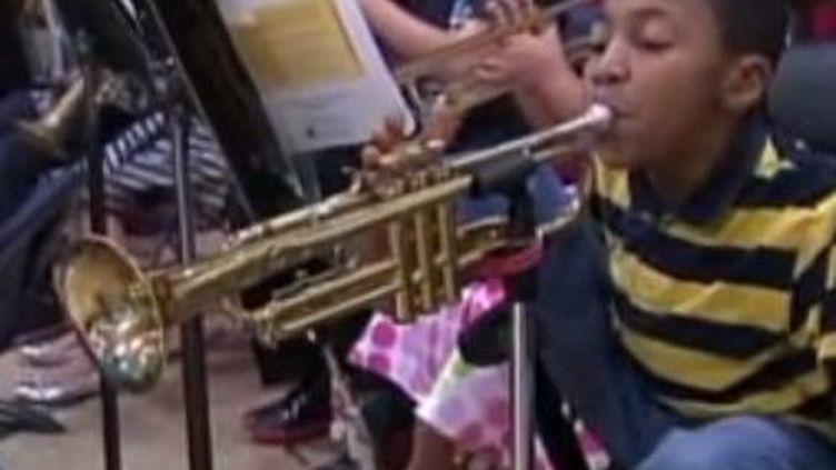 Le petitJahmir Wallace joue de la trompette avec ses orteils, en janvier 2014, dans le New Jersey (Etats-Unis). ( YOUTUBE)