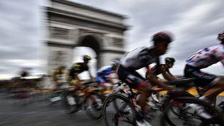 Le peloton au pied de l'arc de Triomphe, lors de la dernière étape du Tour de France, le 29 juillet 2018. (MARCO BERTORELLO / AFP)