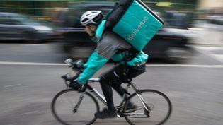 Les coursiers Deliveroo réclament le retour du tarif minimum, supprimé par la nouvelle grille tarifaire (illustration). (DANIEL LEAL-OLIVAS / AFP)