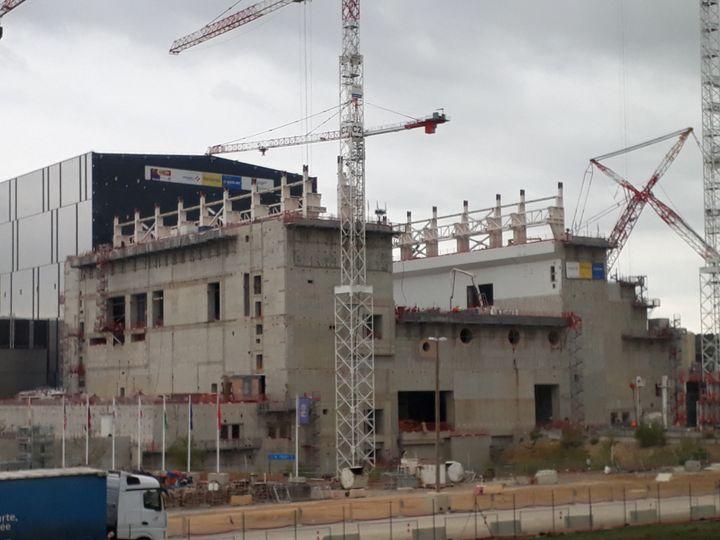 Vue du bâtiment réalisé par Vinci qui va accueillir le Tokamak. (EMILIE BRIFFOD / FRANCE-BLEU PROVENCE)