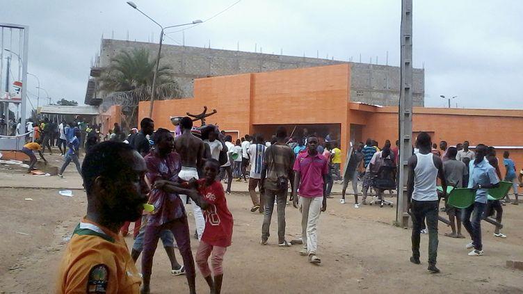 Des manifestants devant une agence de la compagnie d'électricité en Côte d'Ivoire, à Bouaké, le 22 juillet 2016. (AFP)