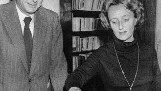 Bernadette Chirac, candidate aux cantonales, vote avec son mari lors du premier tour de cette élection, le 18 mars 1979, à Sarran (Corrèze). (AFP)