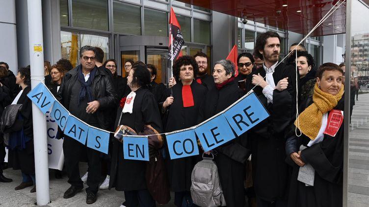 Les avocats bloquent l'entree du tribunal de grande instance de paris (TGI) pour protester contre la réforme des retraites, le 24 février 2020. (JULIEN MATTIA / LE PICTORIUM / MAXPPP)