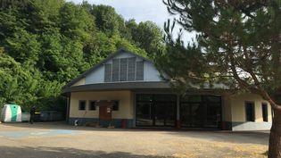 La salle des fêtes jouxte une forêt, à Pont-de-Beauvoisin (Isère). (CAMILLE ADAOUST / FRANCEINFO)