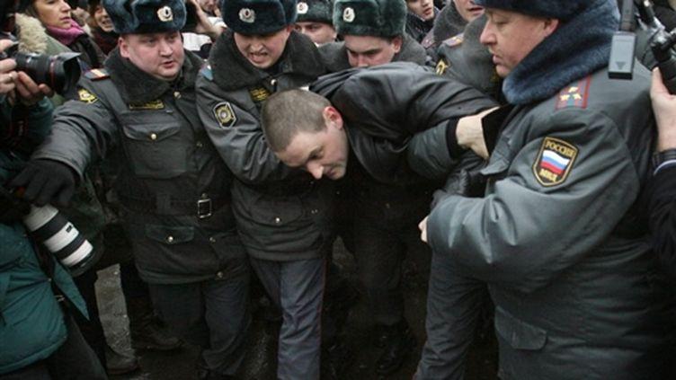 Un manifestant emmené par des policiers, place Pouchkine, à Moscou, le 20/03/2010 (AFP/Alexey Sazonov)