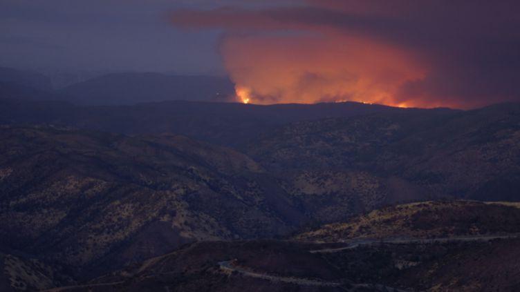 L'incendie Ferguson fait rage dans le parc naturel de Yosemite, en Californie (Etats-Unis), le 14 juillet 2018. (RYAN JONES / CROWDSPARK / AFP)