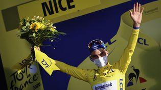 Julian Alaphilippe arbore son maillot jaune le dimanche 30 août 2020. (POOL / BELGA MAG / AFP)