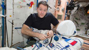 Atelier couture avec Oleg sur la Station spatiale : en préparation de notre retour sur Terre, nous avons ajouté nos patchs sur nos scaphandres Sokol (qu'on portera dans le Soyouz). Mais pas d'inquiétude : on ne risque pas de percer la combinaison - et tant mieux : elle nous protègera en cas d'incendie ou de dépressurisation soudaine. (ESA/NASA)