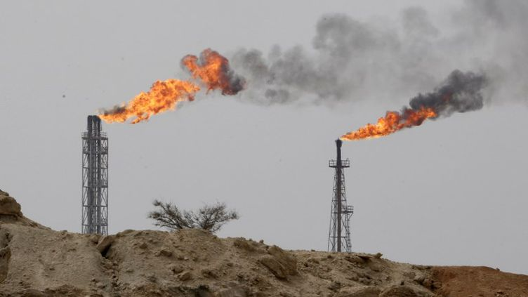 Un puits de pétrole sur Khark Island, en Iran, le 12 mars 2017. (ATTA KENARE / AFP)