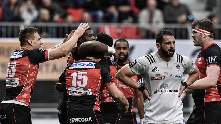 La joie des joueurs d'Oyonnax, face à la détresse des Brivistes (JEFF PACHOUD / AFP)