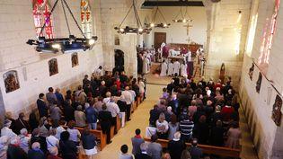 Messe lors de la réouverture de l'église de Saint-Étienne du Rouvray après l'assassinat du Père Jacques Hamel, le 2 octobre 2016. (CHARLY TRIBALLEAU / AFP)