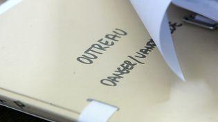 Un dossier d'avocat sur l'affaire Outreau photographié lors du procès de l'affaire en 2004. (MAXPPP)