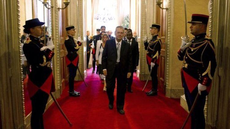 Le sénateur communiste de la Réunion, Paul Vergès, 86 ans arrive Sénat pour participer au vote de son président, à Paris, le 1er octobre 2011. (AFP - Fred Dufour)