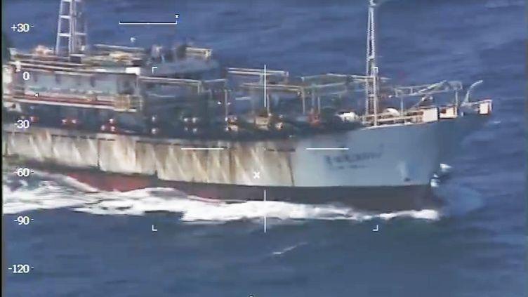 Le Puerto Madryn, bateau de pêche chinois coulé par les gardes-côtes argentins, mardi 15 mars 2016, au large de la Patagonie. (PREFECTURA NAVAL / AFP)