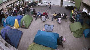 Le campement de migrants installé à côté de la Cité de la mode et du design, dans le 13e arrondissement de Paris,le 14 juin 2015. (JOEL SAGET / AFP)