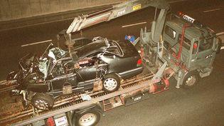 Un camion de la police emporte l'épave de la Mercedes dans laquelle se trouvaitLady Di, le31 août 1997, dans le tunnel de l'Alma à Paris. (PIERRE BOUSSEL / AFP)