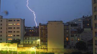 Dans le 15e arrondissement de Paris, pendant l'orage du 29 mai 2018, la foudre est tombée à plusieurs reprises sur la capitale. (BALEYDIER / SIPA)
