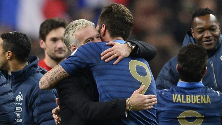 Deschamps prend Giroud dans ses bras (LIONEL BONAVENTURE / AFP)