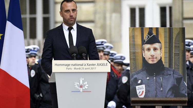 Étienne Cardiles, le mari de Xavier Jugelé, à l'hommage qui lui était rendu, le 25 avril 2017 à Paris. (BERTRAND GUAY / AFP)