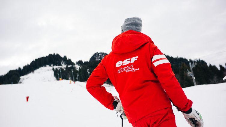 Un moniteur de ski ESF, le 19 décembre 2020 à Chatel. (MARIE MAGNIN / HANS LUCAS / AFP)