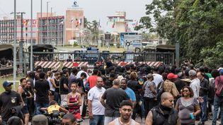 Des manifestants devant le centre spatial de Kourou en Guyane, le 5 avril 2017. (JODY AMIET / AFP)