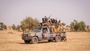 Des soldats tchadiens lors d'une opération avec le G5-Sahel et les forces françaises de l'opération Barkhane à Tin-Akoff, une commune dans l'extrême nord du Burkina Faso, en avril 2021. (FRED MARIE / HANS LUCAS)