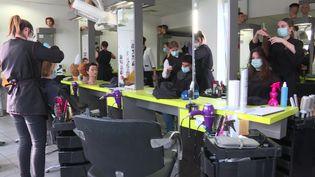 Au Havre, les étudiants peuvent se faire coiffer pour un euro dans un lycée professionnel. (J. Rousseau / France Télévisions)