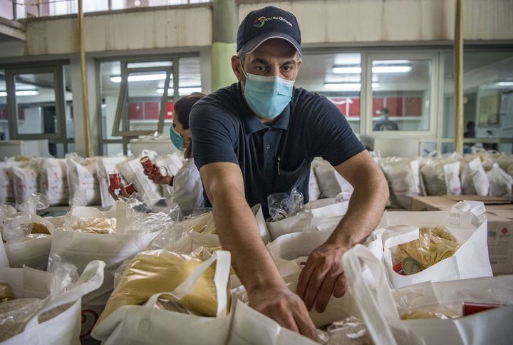 Un bénévole prépare des paniers pour les mères célibataires à Casablanca, le 8 avril 2020. (FADEL SENNA / AFP)