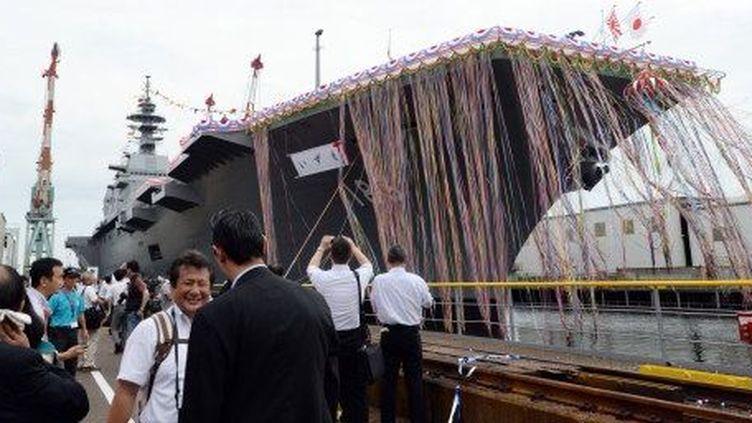 Lancement de l'Izumo, le plus grand vaisseau de guerre construit par le Japon, depuis la seconde guerre mondiale. (TOSHIFUMI KITAMURA / AFP)