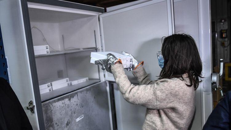 Des cartons de vaccins Pfizer-BioNTech contre le Covid-19 stockés dans un congélateur à ultra basse température de la pharmacie centrale AP-HP à la périphérie de Paris, le 26 décembre 2020. (STEPHANE DE SAKUTIN / AFP)